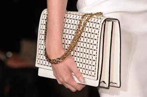 victoria beckham spring 2013 sumki 300x199 - Модные сумочки для модниц в 2013 году