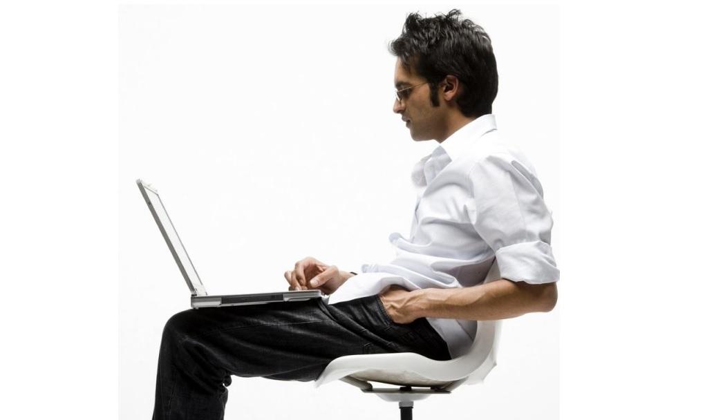 Мужчина флиртует в Интернете