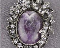 серебряную брошь с натуральными камнями